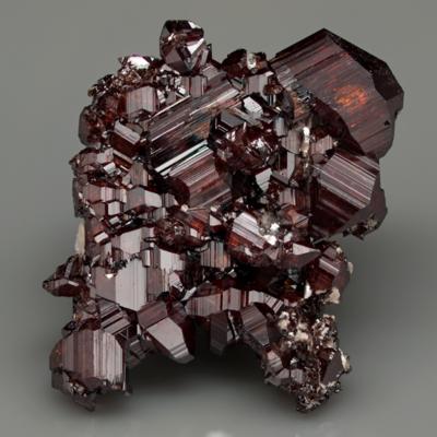 Cristal trigonal esquelético de bismuto nativo. Schneeberg, Saxônia, Alemanha. © Lou Perloff / Photo Atlas of Minerals