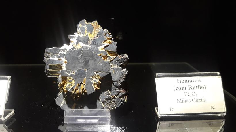 Hematita com Rutilo. Minerais do Setor I de Mineralogia (MCT). Cassandra Terra.